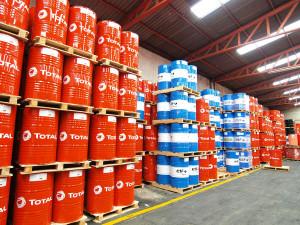 Vue intérieure de l'usine de lubrifiants Total de Guadalajara, au Mexique. Stockage des fûts de lubrifiant Total et Elf.