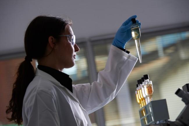 Une laborantine du centre Total ACS de Givors manipule des produits.