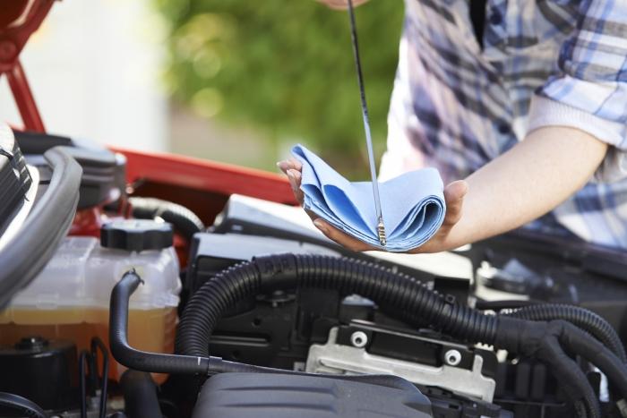 Nivel de aceite bajo en el coche: causas y consecuencias
